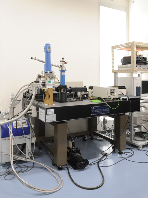 Fluorescence lifetime measurement equipment with cryostat